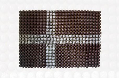 Jeannette Ehlers, Dannebroget, 2006 (510 flødeboller på mdf-plade, 85 x 122 cm).